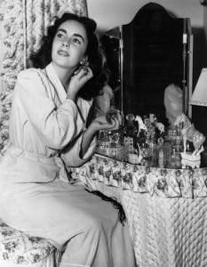 elizabeth taylor applying perfume - perfume layering - ancienne ambiance